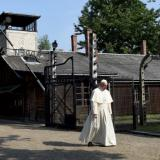 BBC: Pope Francis prays in silence at former Auschwitz-Birkenau camp