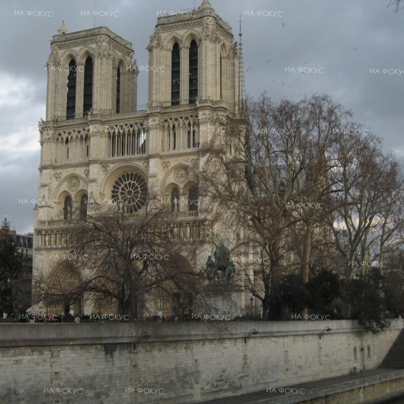 Paris: Police shoot man who attacked officer at Notre-Dame