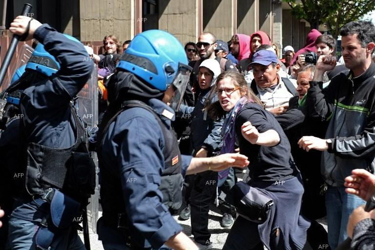 Clashes in Rome as police forces try to make people living illegally in an abandoned building leave it.