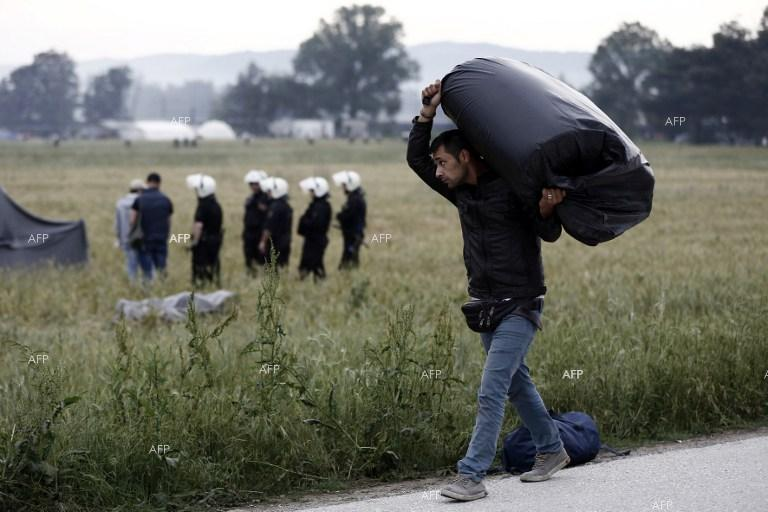 Greece starts evacuating Idomeni migrant border camp.