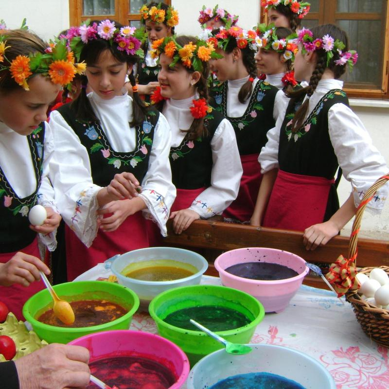 Bulgarian community in Edirne – Easter eggs colouring.