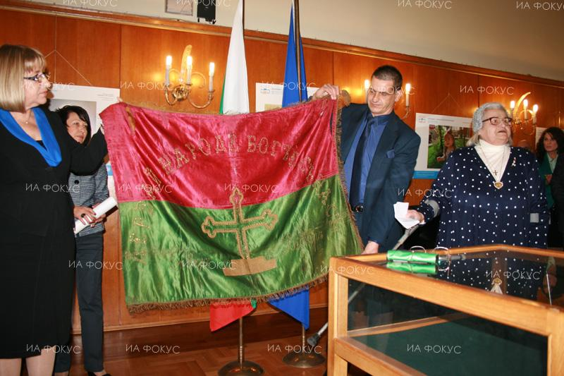 Tsetska Tsacheva, Chairperson of the Bulgarian National Assembly, receives a unique Bulgarian rebel flag of the Ilinden–Preobrazhenie Uprising in Giannitsa.