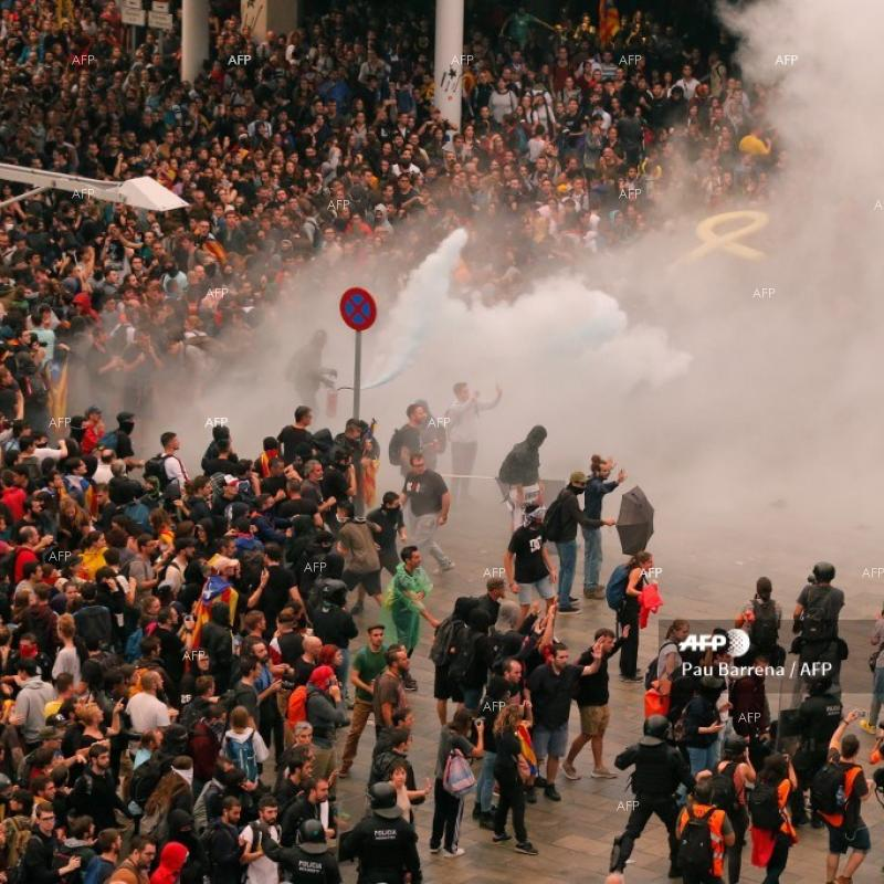 Clashes between police and protesters during independence demonstrations in Barcelona. October 15, 2019
