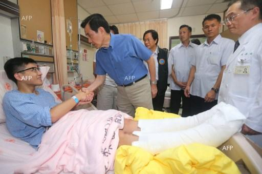 President of the Republic of China Ma Ying-jeou shook hands with a patient recovering from the fire at the Formosa Fun Coast water park.
