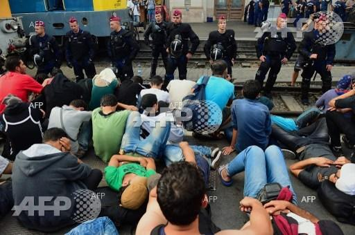 Hungarian police expel migrants from Central Railway Station in Budapest