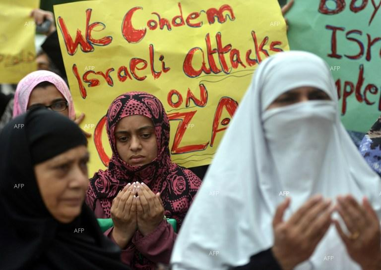 Pakistani women pray for Palestinians in the Gaza Strip.