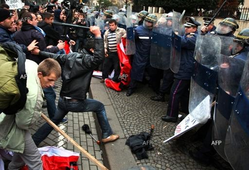 AA: Anti-gov't protesters clash with police in Albania