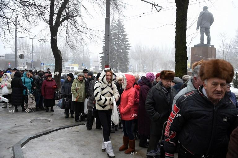 Donetsk residents queuing to receive humanitarian aid.