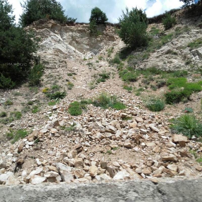 Blagoevgrad: Traffic on I-1 road in Kresna Gorge limited to one lane due to rockslide