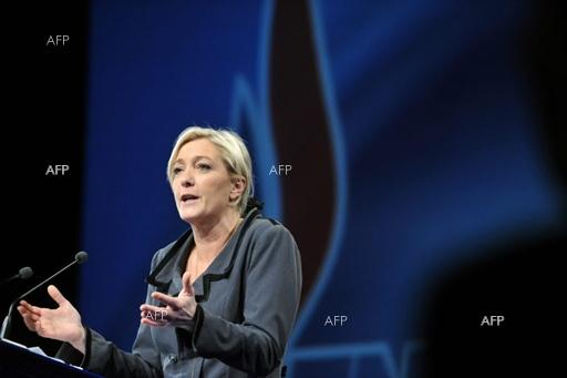 Reuters: Le Pen loses ground to Macron in French election race: poll